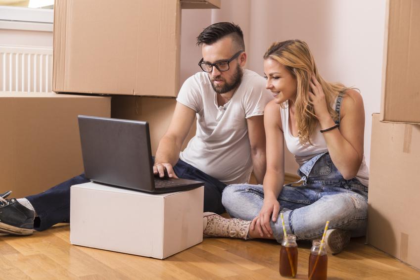Jeune couple s'apprête à acheter une maison